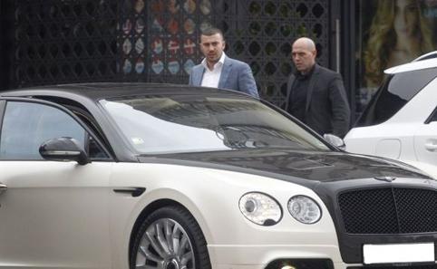 Стайко Стайков, заснет преди време да се качва в бентлито си, придружаван от телохранител.  Снимка от фейсбук