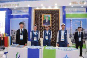 В Туркменистан портретът на президента Бердимухамедов е навсякъде - по улиците, в хотелите и в магазините. На изложбата за иновативни технологии беше на всеки щанд.