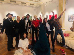 Галеристката Деница Атанасова-Гергова (в червено) с финалистите на конкурса МОСТ 2019.