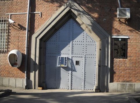 Входът на сградата.