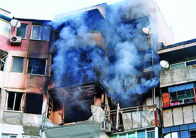 След взрива и пожара през нощта блок 302 осъмна в облаци дим.