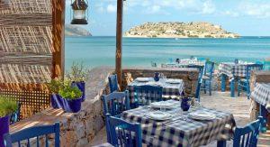 Гръцките ресторанти може да отворят, но между масите трябва да има разстояние и да са с монтирани стъклени прегради.