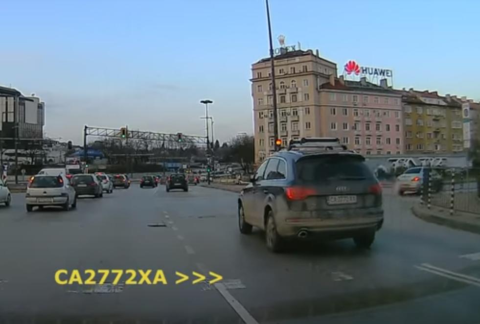 Кадър от видеорегистратор на автомобил, който е заснел джипът да преминава на червено край НДК преди няколко месеца.