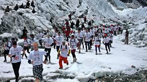 """Стотици се включват и в """"най-високия"""" маратон под Еверест, който стартира на 5364 м надморска височина."""