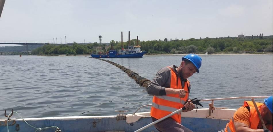 Ремонтът на авариралия тръбопровод във Варненското езеро тече от седмица. Въпреки продължаващия 9 месеца разлив на отходни води морето пред градските плажове е чисто, показват първите за сезона проби, взети от РЗИ.
