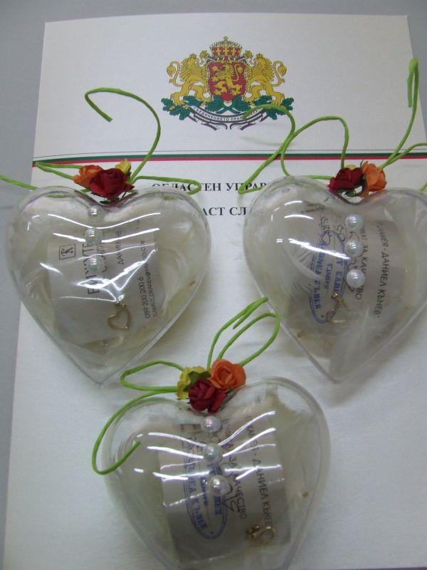 Златен медальон във формата на сърце подарява областният управител на Сливен на индивидуалните носители на наградата. Торта е наградата, осигурена от РУО, за колективните носители.