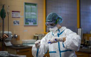 В инструкциите до патоанатомите се казва, че само специален костюм и маска с филтър и респиратор гарантират 100% защита от COVID-19.