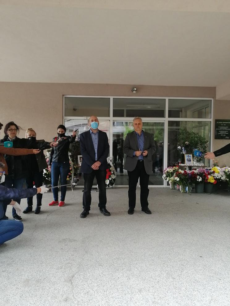 Директорът на областната болница д-р Петров (вдясно) и председатлят на БРС- Сливен д-р Сотиров изказаха съболезнования на семейството и колегите от инфекциозното отделение, където е работила д-р Иванова.