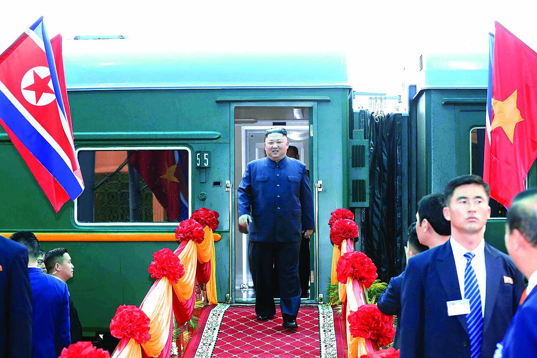 Тъмнозеленият влак се посреща тържествено навсякъде из страната.