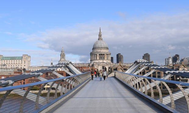 Пешеходци пресичат мост в Лондон, по време на мерките за изолация.