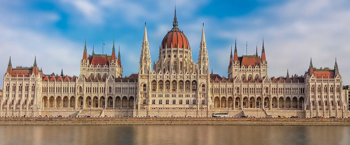 Парламентът на Унгария прие закон, забраняващ разпространението на ЛГБТИ-съдържание в
