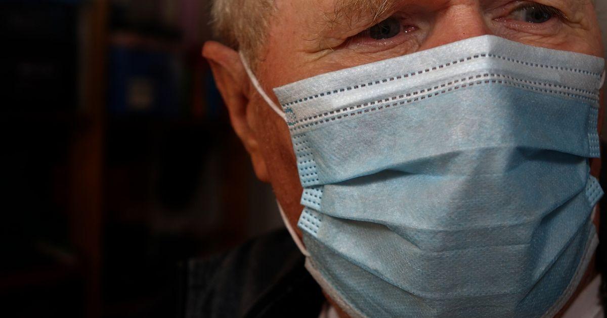 Хората над 65 години се заразяват повторно с COVID-19 почти