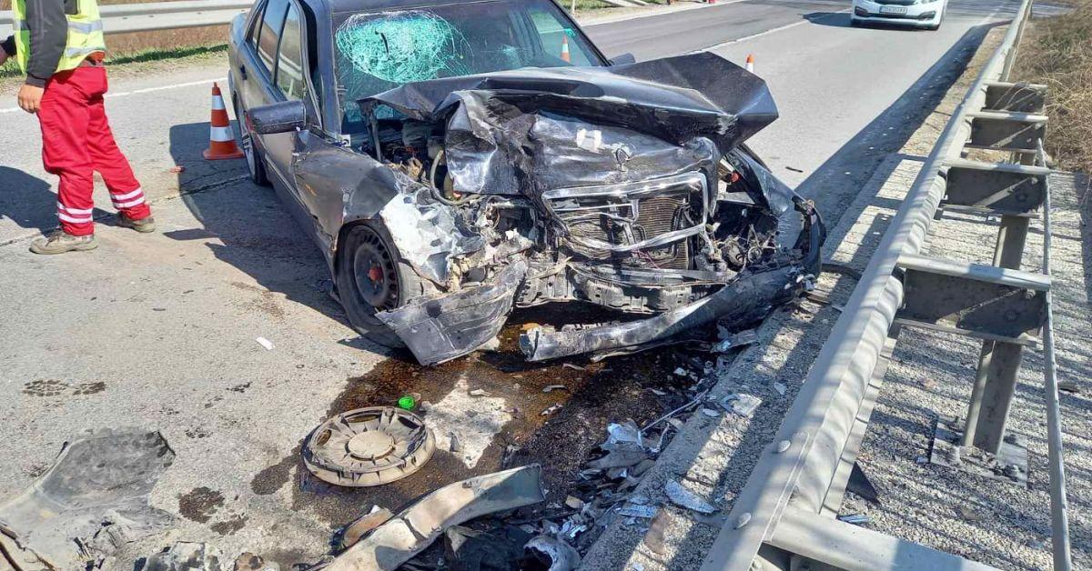 Четирима души са с по-сериозни травми от общо шестима пътували