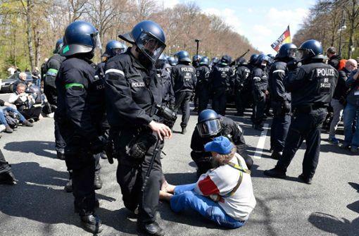 Берлинската полиция използва днес сълзотворен газ срещу голям протест на