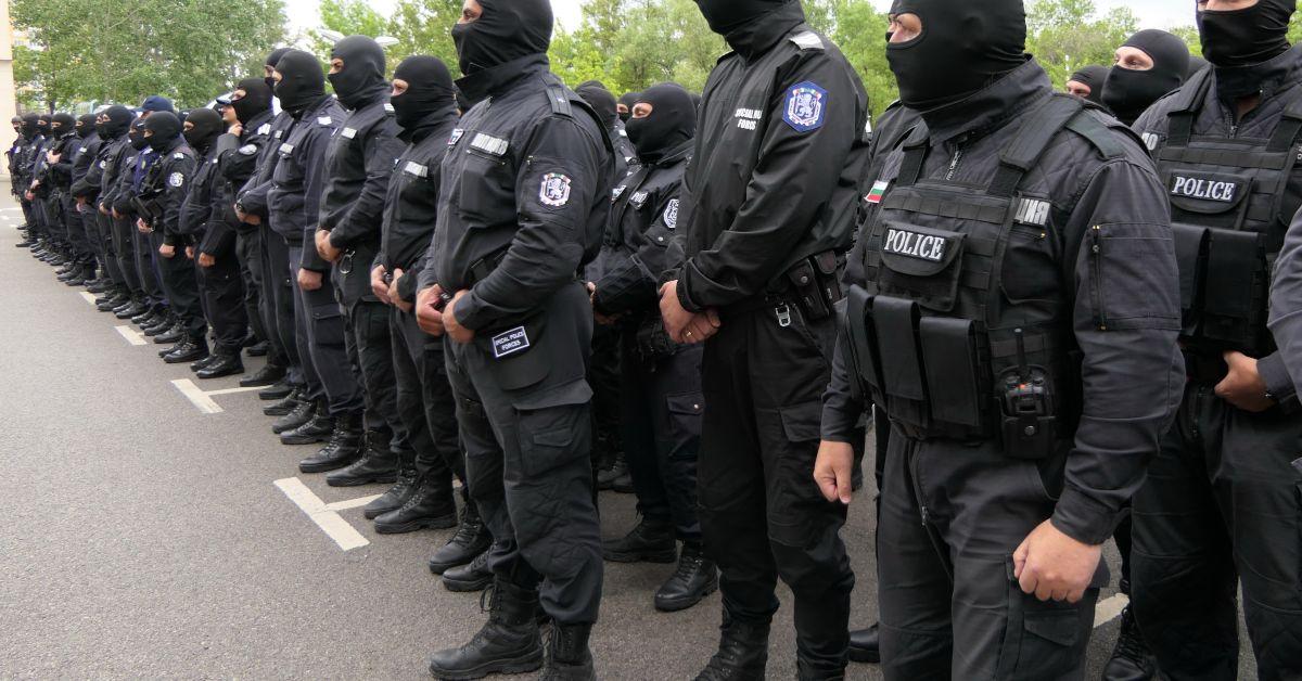 Служител на Специализирания отряд за борбата с тероризма (СОБТ) си