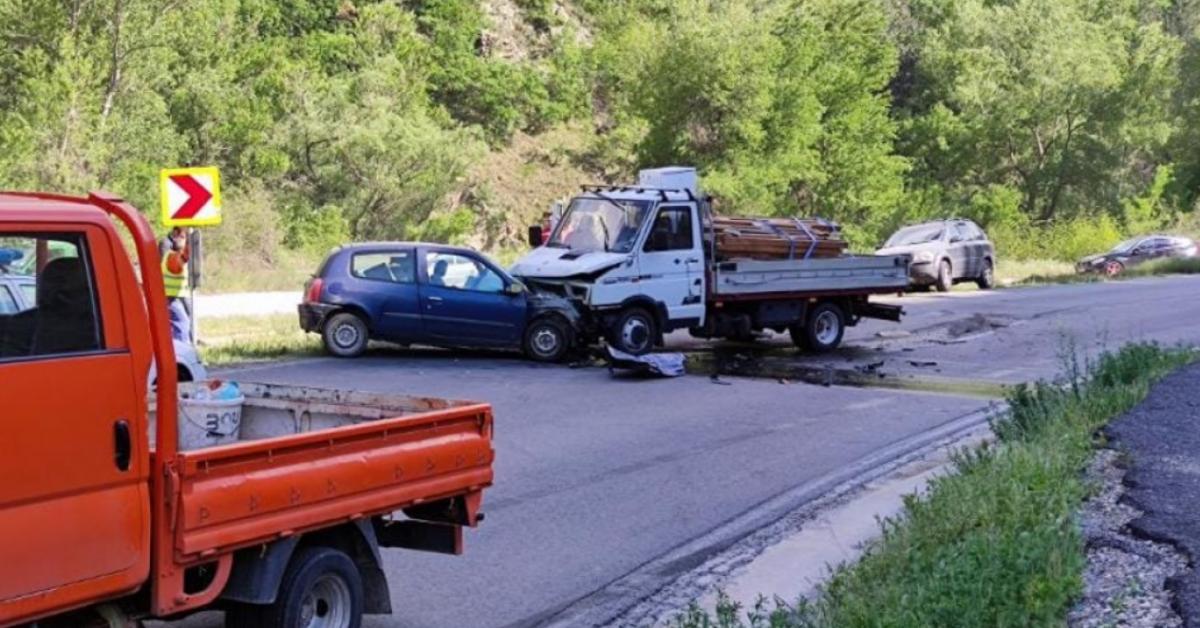 Шофьор на лек автомобил е в болница след челен удар