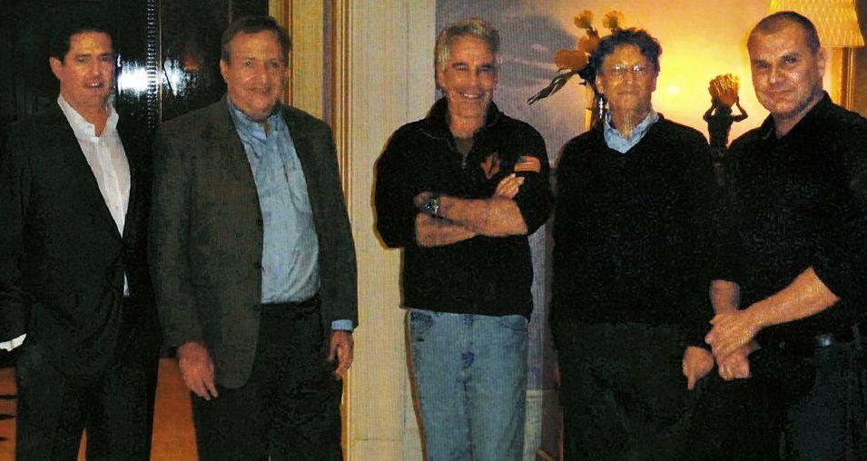 Джефри Епстийн и Бил Гейтс (в средата)