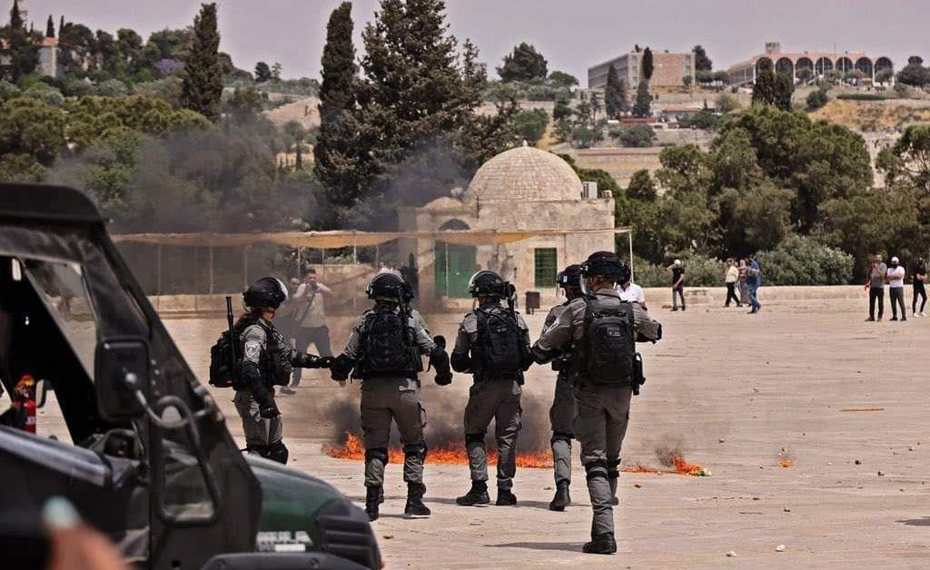 Израелската полиция атакува мюсюлмански богомолци, присъствайки на петъчната молитва в