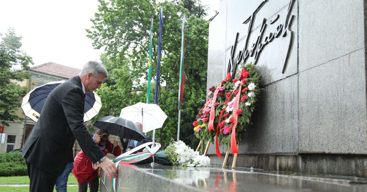Министър-председателят Стефан Янев поднесе цветя на паметника на Христо Ботев