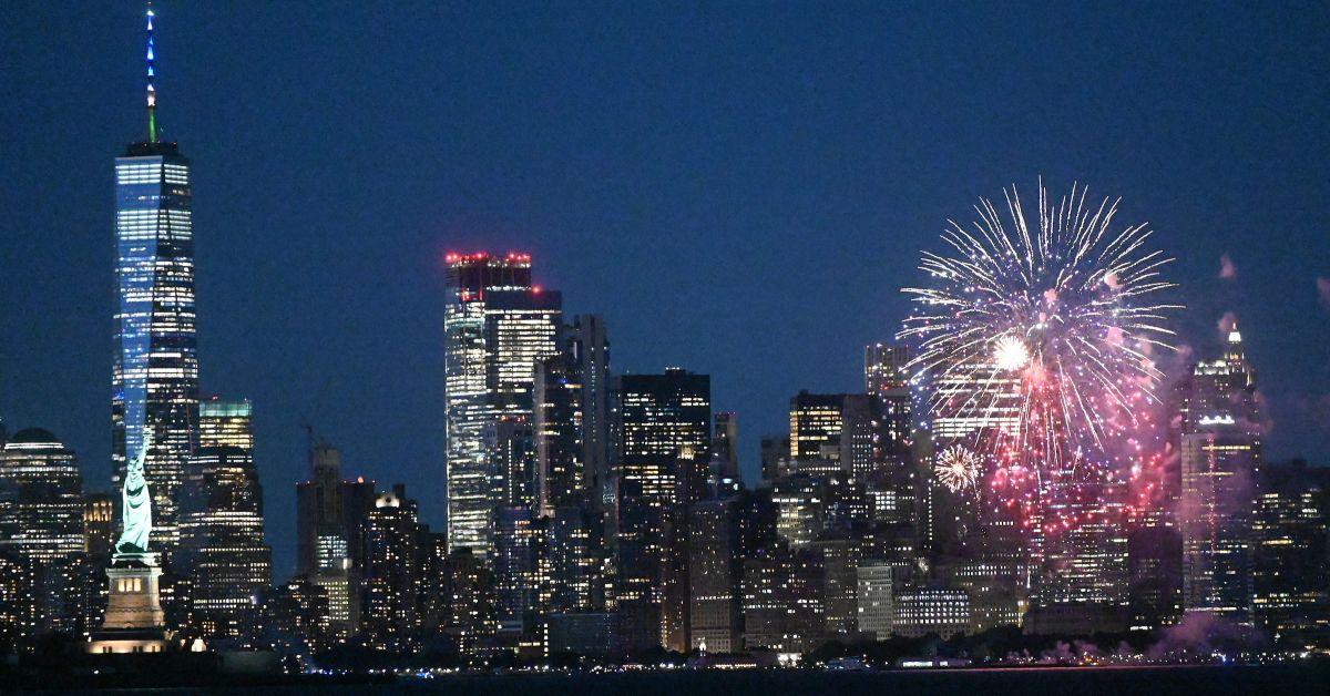 Градските власти в Ню Йорк организираха заря с цветни фойерверки,