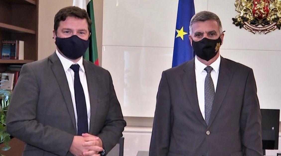 Министър-председателят Стефан Янев и посланикът на Великобритания Роб Диксън проведоха