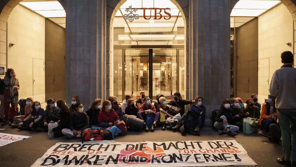 Десетки активисти блокираха сърцето на финансовия център на Цюрих, като