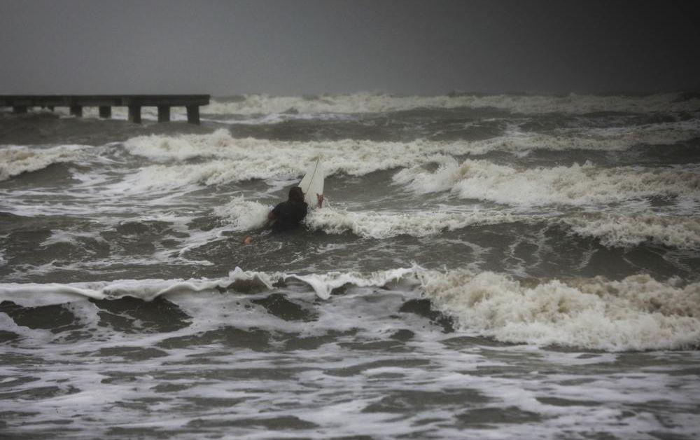 """Ураганът """"Никълъс"""" връхлетя американския щат Тексас. Това предават световни агенции."""