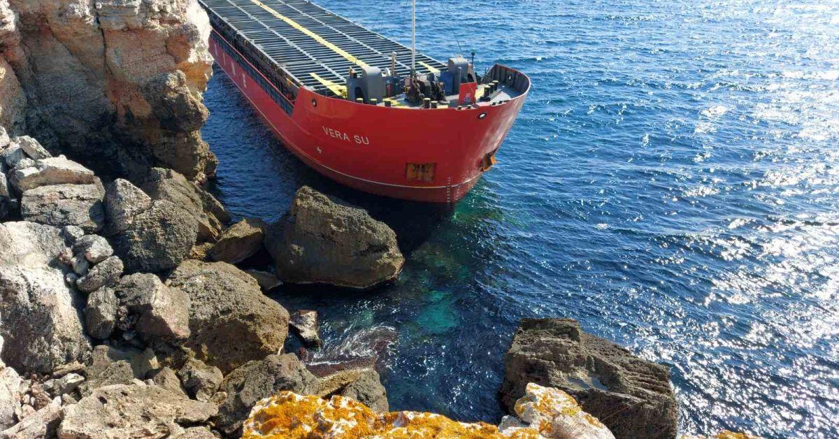 Заседналият край Камен бряг товарен кораб леко се е наклонил