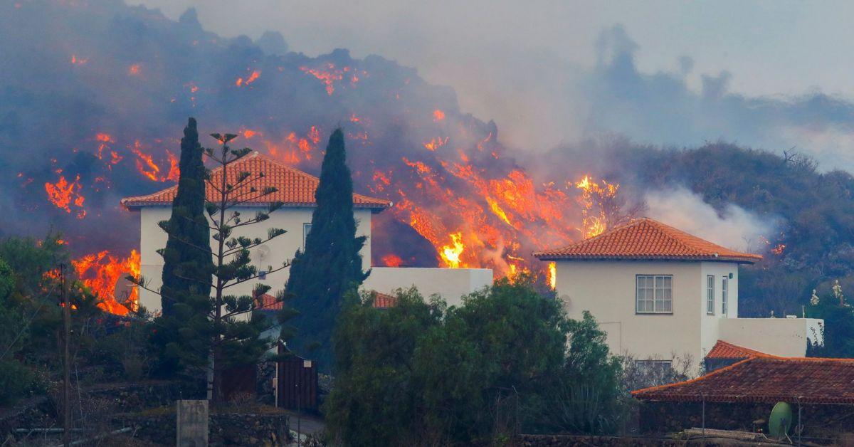 Поне 20 къщи са унищожениИспанският премиер отмени пътуването си до