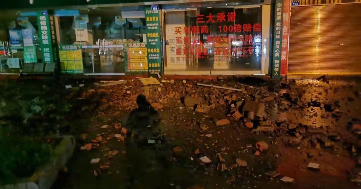 Двама души загинаха и 60 бяха ранени днес при земетресение