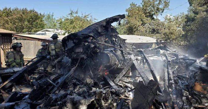 Военен тренировъчен самолет се разби в жилищен квартал в град