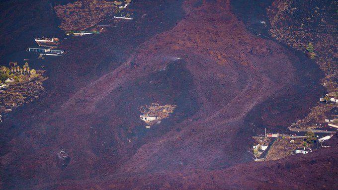 Кадри от дрон показват реки от лава на остров Ла