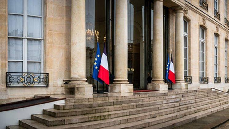 Телефоните на най-малко петима членове на френското правителство и дипломат