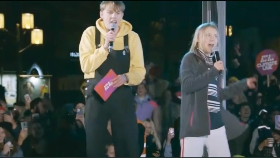 """Еко активистката изпя хита от 80-те """"Never Gonna Give You"""