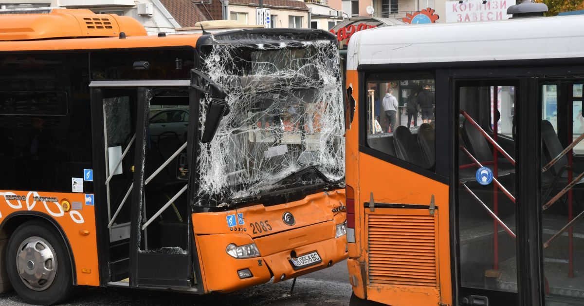 Два автобуса обслужващи линии 74 и 65 се сблъскаха на